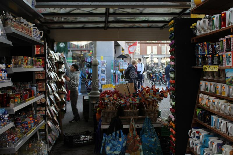 Loja colorida no mercado de flutuação em Amsterdão foto de stock royalty free