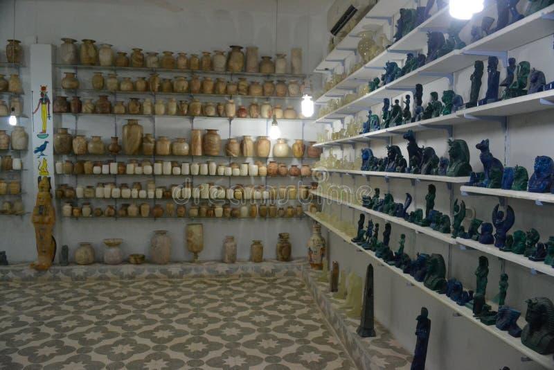 Loja com figuras, coleções dos artigos da decoração imagem de stock