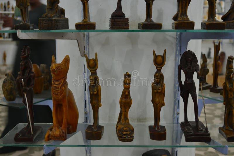Loja com figuras, coleções dos artigos da decoração foto de stock