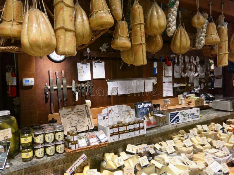 Loja com queijo de suspensão e alimentos gourmet imagem de stock royalty free
