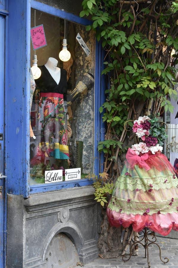 Loja com roupa nostálgica colorida para mulheres fotografia de stock royalty free