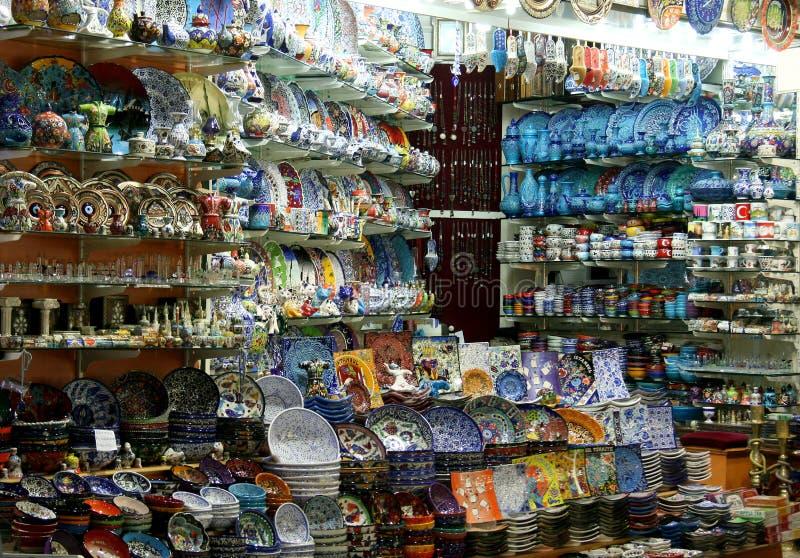 Loja da cerâmica no bazar grande de Istambul imagens de stock