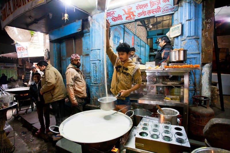 Loja da comida rápida da rua com indivíduo que prepara o leite imagem de stock royalty free