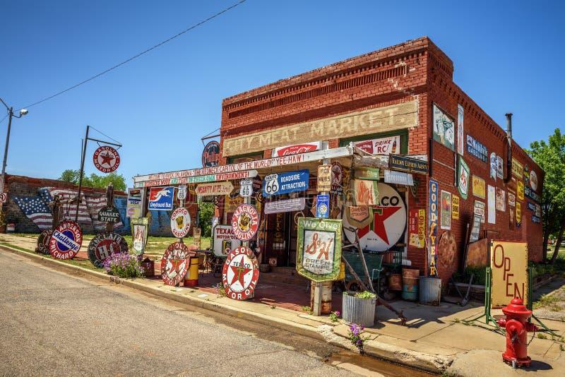 Loja da curiosidade de Sandhills situada em Erick, Oklahoma foto de stock royalty free