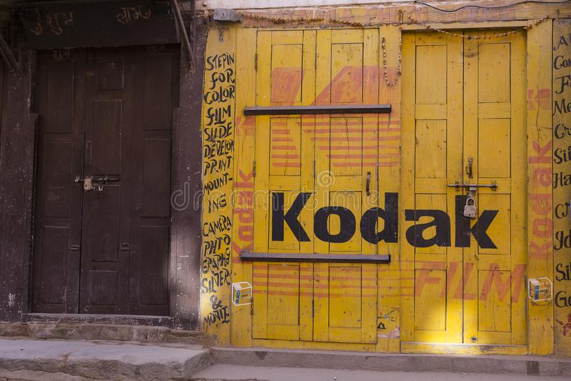 Loja da foto com o filme de Kodak amarelo e a propaganda vermelha pintada em sua fachada, Nepal imagem de stock royalty free
