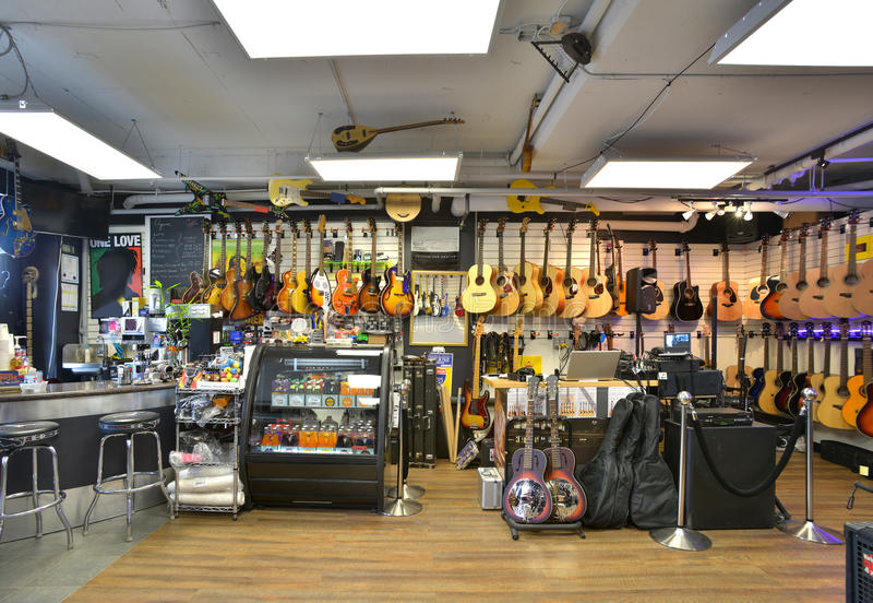 Loja da guitarra completamente das guitarra foto de stock