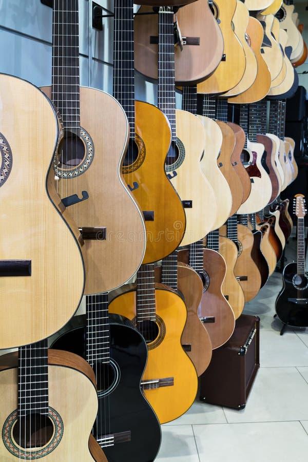 Loja da guitarra da mostra imagens de stock