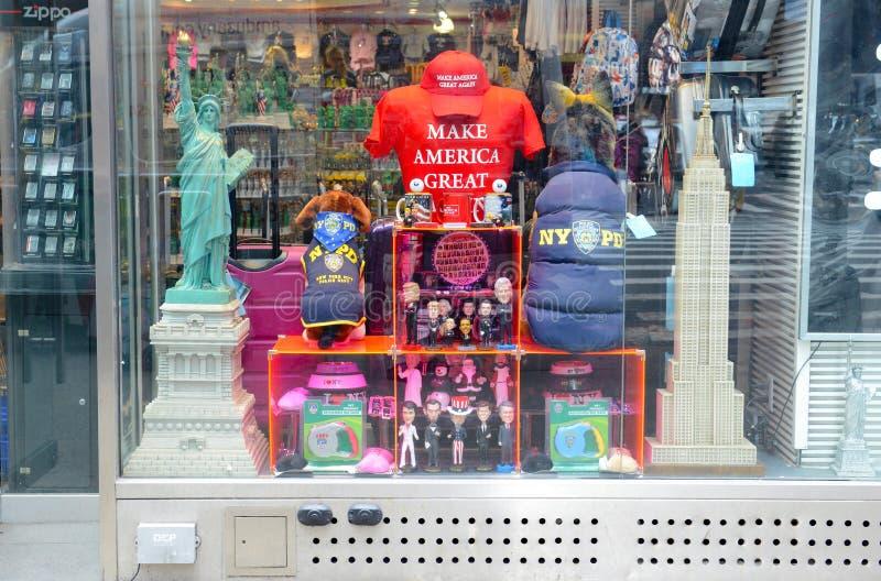 A loja da lembrança no Times Square que vende incluir das lembranças de New York e de EUA faz a América grandes chapéus e camisas foto de stock royalty free