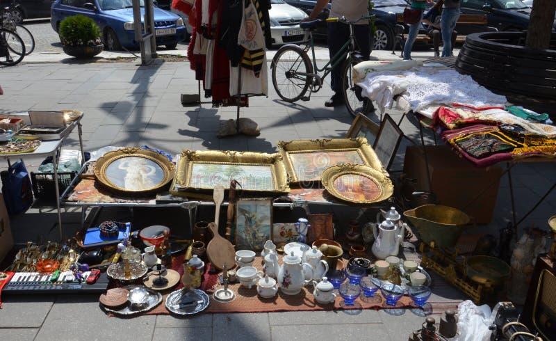 Loja da rua da segunda mão em Macedônia fotos de stock
