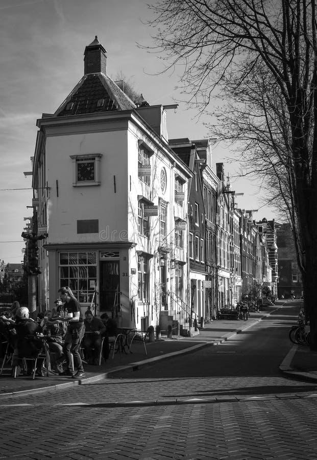 Loja de Amsterdão com as casas da porcelana na janela, no canal, nas construções e na pavimentação do tijolo imagem de stock