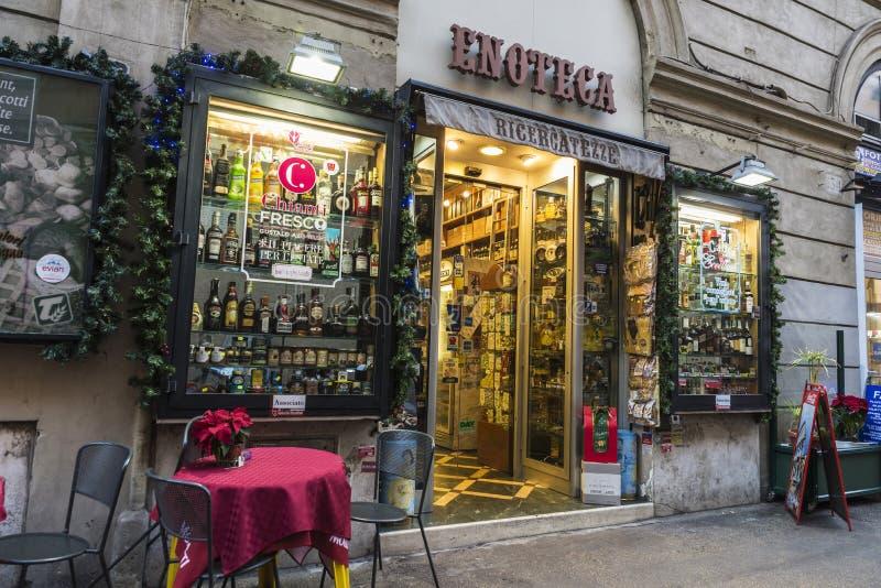 Loja de bebidas e barra em Roma, Itália foto de stock
