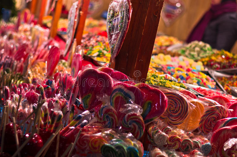 Loja de doces do Natal no quadrado local em Belgrado imagem de stock royalty free