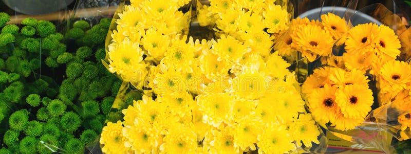 Loja de flor Floresce o conceito da entrega Ramalhete bonito do close-up do crisântemo wallpaper Loja da rua das flores B bonito foto de stock royalty free