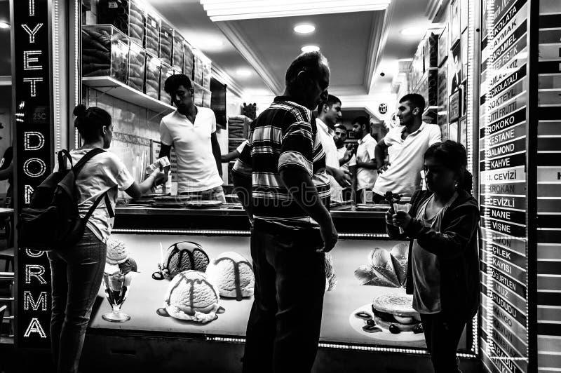 Loja de gelado na noite na cidade de Cinarcik - Turquia fotografia de stock royalty free