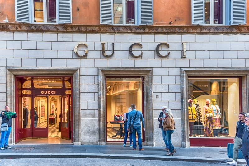 Loja de Gucci dentro através da rua da forma de Condotti, Roma, Itália fotos de stock royalty free