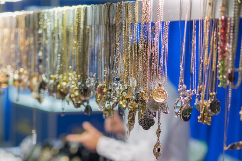 Loja de joalharia no Grand Bazaar Joias de ouro no bazar oriental imagens de stock royalty free