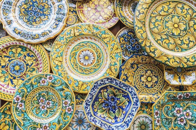 Loja de lembrança com os produtos cerâmicos típicos em Erice, Sicília, ele fotografia de stock royalty free