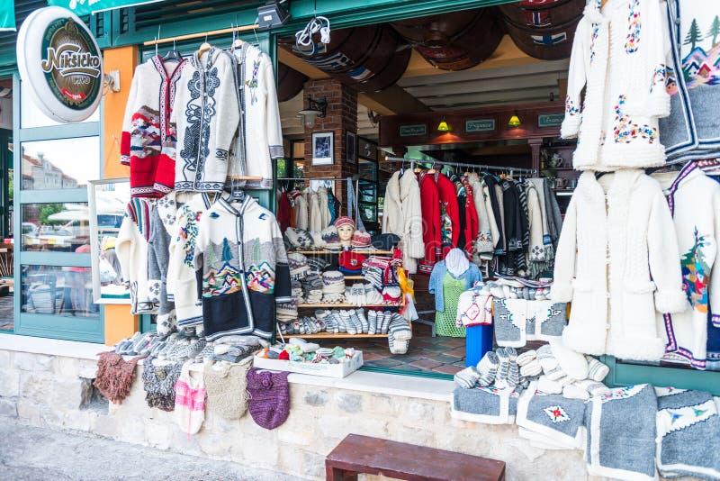 Loja de lembrança e roupa étnica na área de turista de Budva montenegro fotografia de stock royalty free
