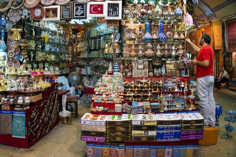 Loja de lembrança no bazar grande em Istambul, Turquia imagem de stock