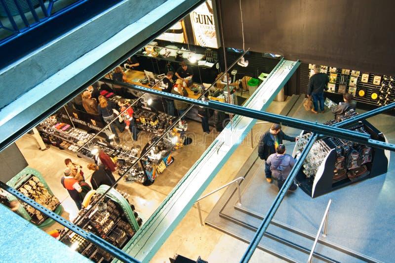 Loja de lembrança no Storehouse de Guinness imagem de stock