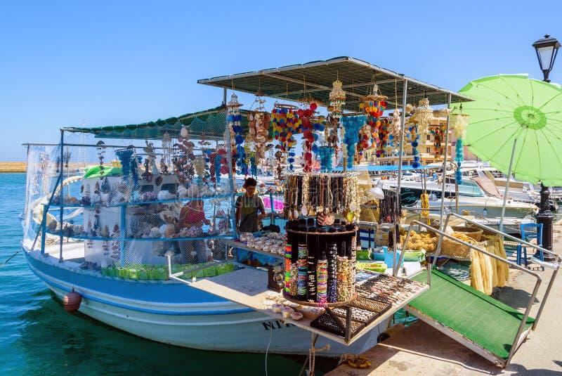 Loja de lembrança, organizada no barco de pesca no porto de Chania fotos de stock royalty free