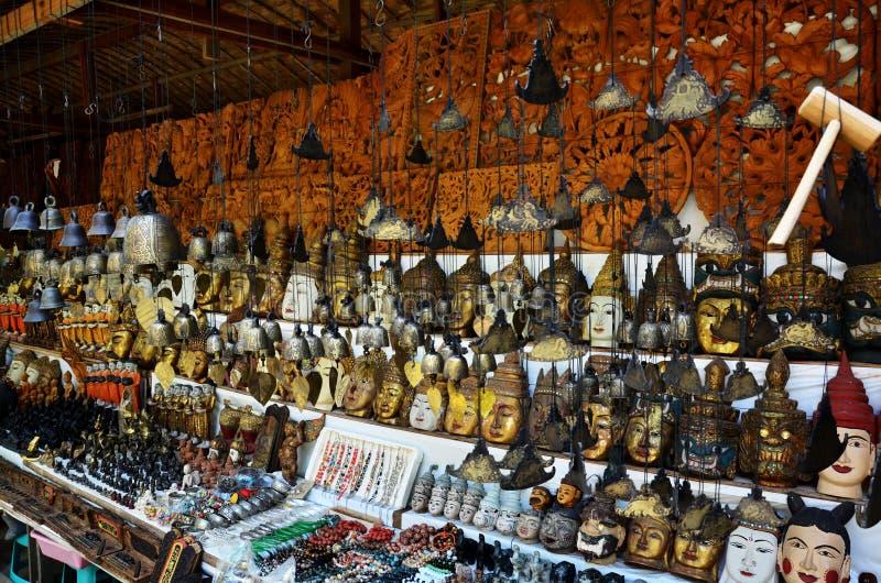 Loja de lembrança para o viajante da venda no templo de Htilominlo fotos de stock royalty free