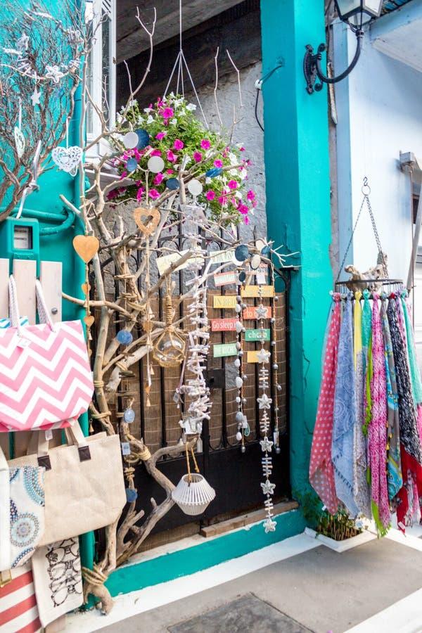 Loja de lembrança pequena, incluindo artesanatos de madeira, sacos, lenços, uma cidade histórica em Grécia do norte imagem de stock royalty free
