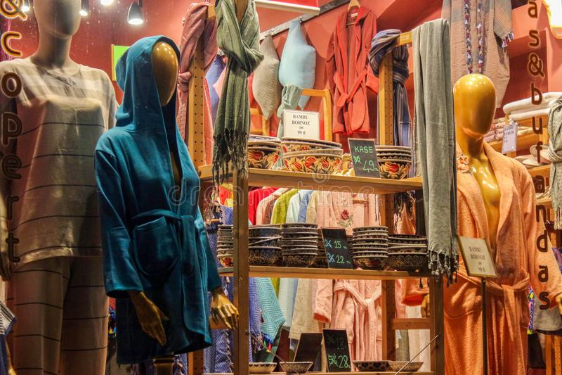 Loja de lembrança turca Istambul do roupão fotografia de stock royalty free