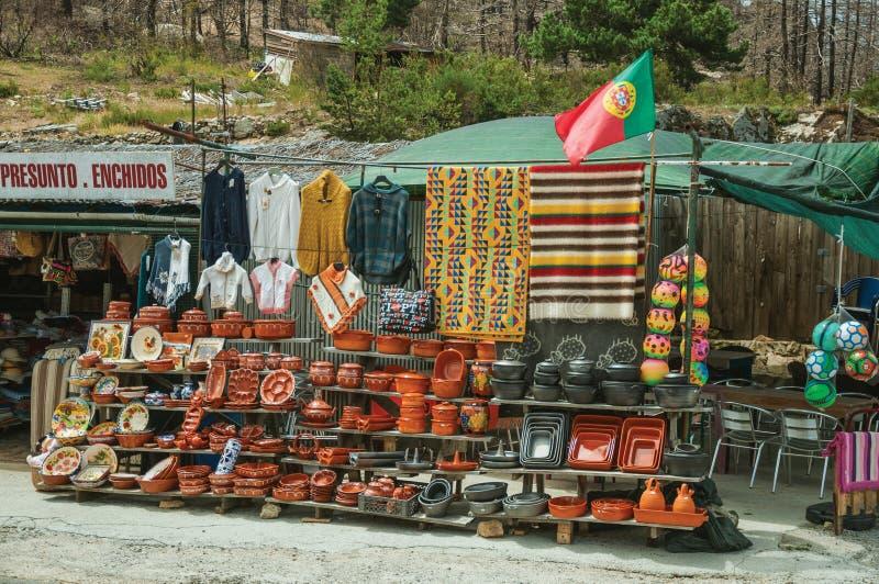 Loja de lembranças com os artesanatos típicos da região fotografia de stock