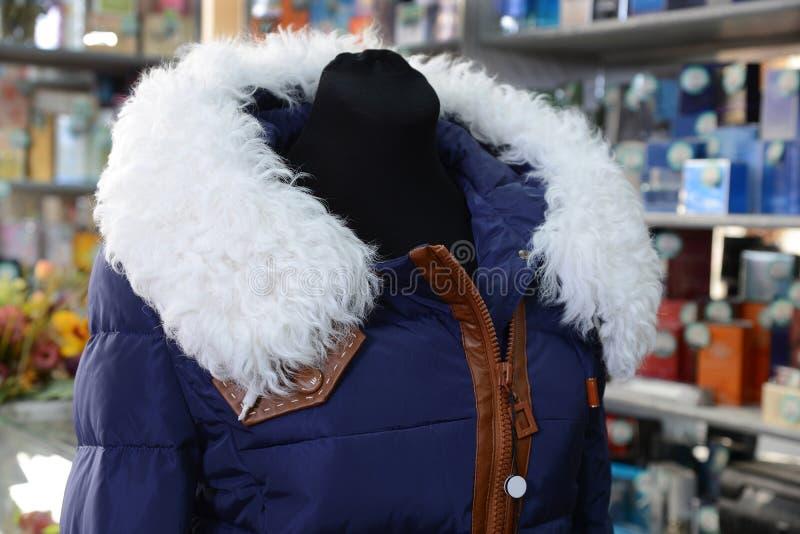 Loja de lembranças. A roupa das mulheres do inverno. imagens de stock royalty free