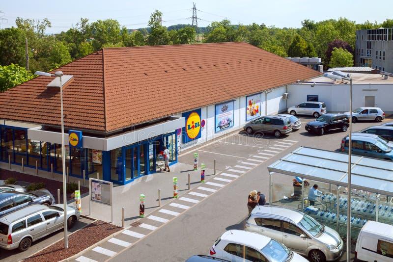 A loja de Lidl próximo do aeroporto de Genebra imagem de stock