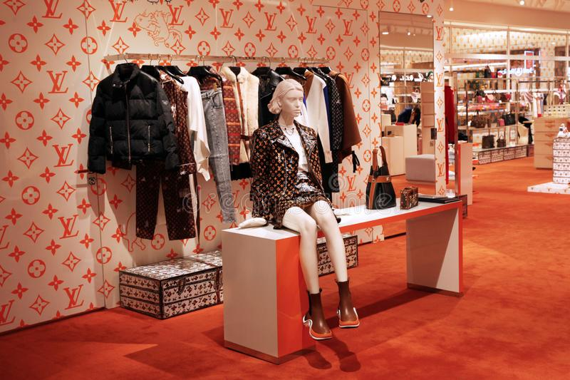 Loja de Louis Vuitton, uma mostra da roupa e acessórios moscow 06 12 2018 fotos de stock
