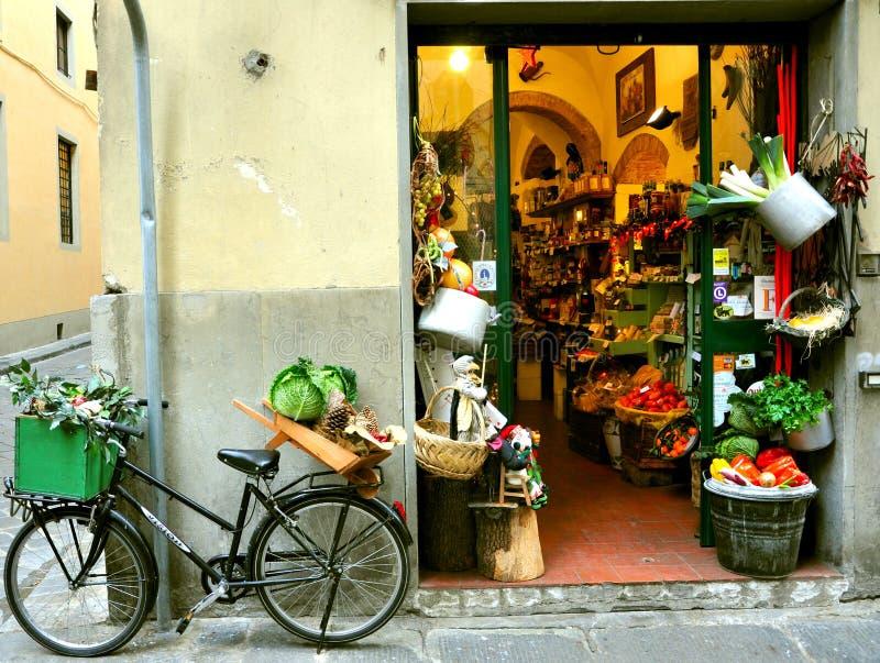 Loja de mantimento típica em Italy imagens de stock royalty free