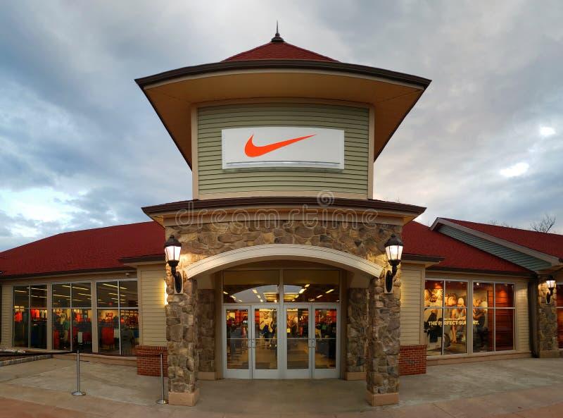 Loja de Nike na alameda superior comum da tomada de Woodbury imagens de stock
