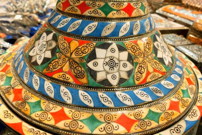 Loja de ofício árabe com artigos muito coloridos imagens de stock royalty free