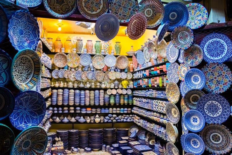 Loja de ofícios colorida com arte cerâmica em um mercado marroquino tradicional de medina do fez, Marrocos, África fotografia de stock