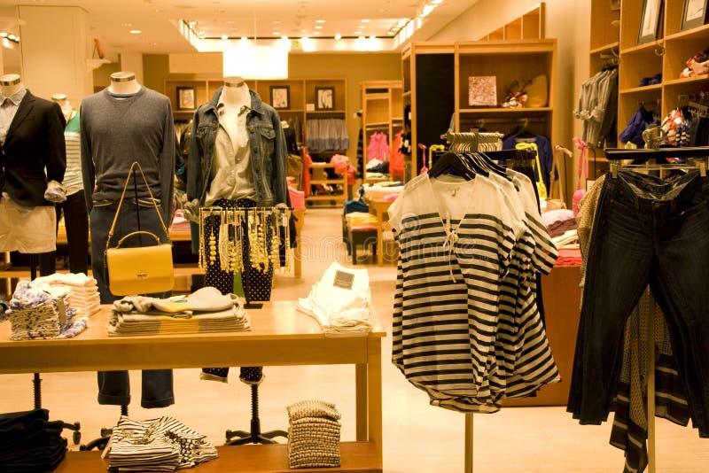 Loja de roupa à moda do homem e da mulher foto de stock royalty free