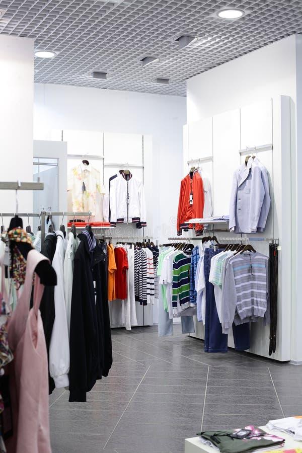 Loja de roupa brandnew europeia fotografia de stock