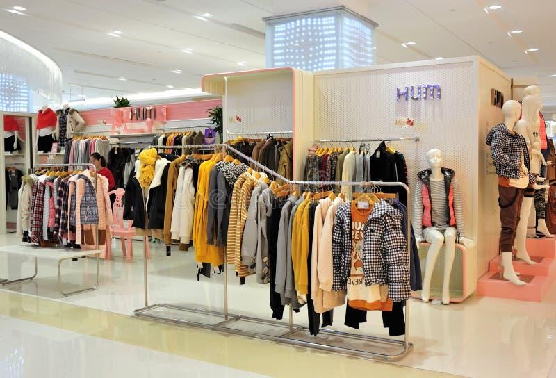 Loja de roupa da forma da menina fotos de stock