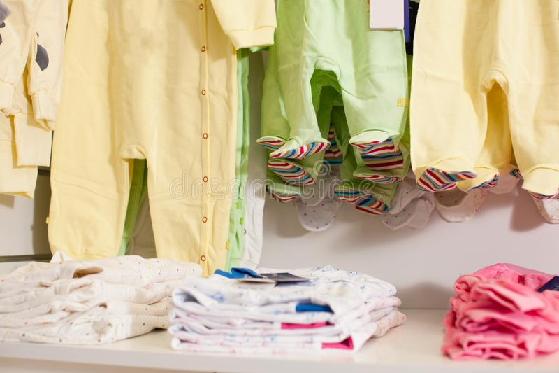 Loja de roupa do bebê fotografia de stock