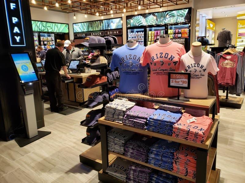 Loja do boutique no aeroporto de Phoenix, AZ fotografia de stock