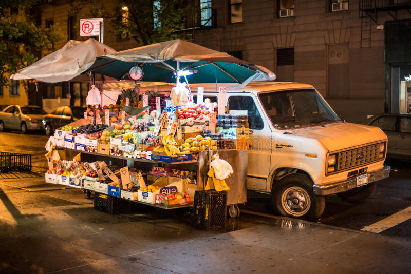 Loja do carro do fruto na rua de Mannhattan na noite fotos de stock royalty free