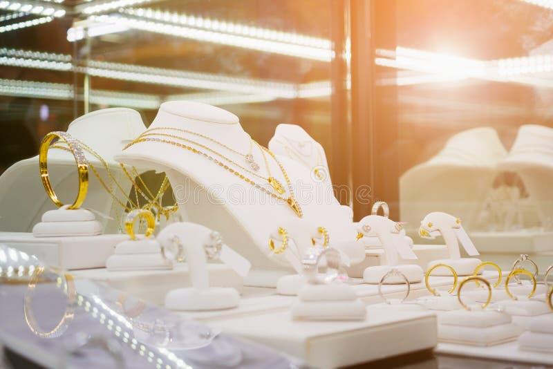 Loja do diamante da joia do ouro com anéis e colares foto de stock