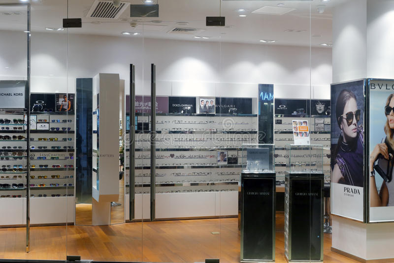 Loja do eyewear de Prada fotografia de stock royalty free