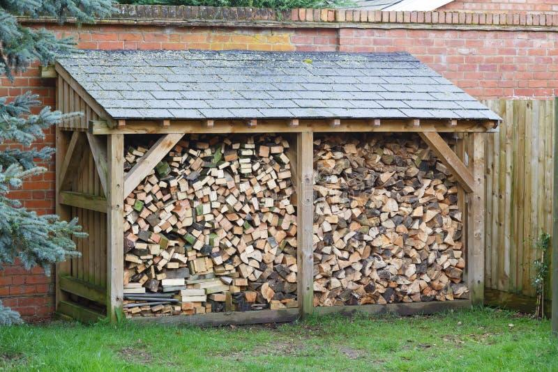 Loja do log com lenha imagem de stock