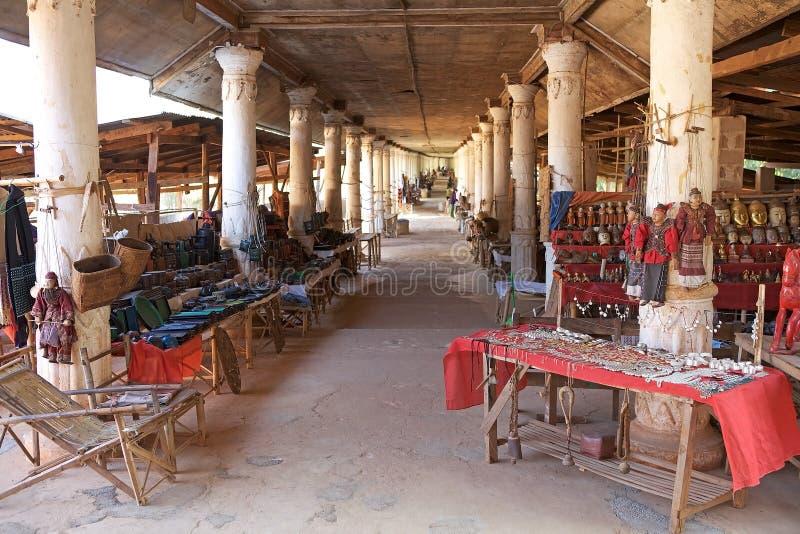 Loja do objeto antigo em Myanmar fotos de stock