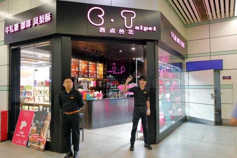 Loja do pão de taipei do ponto ocidental no estação de caminhos-de-ferro de alta velocidade de guangzhou, adôbe rgb fotos de stock royalty free