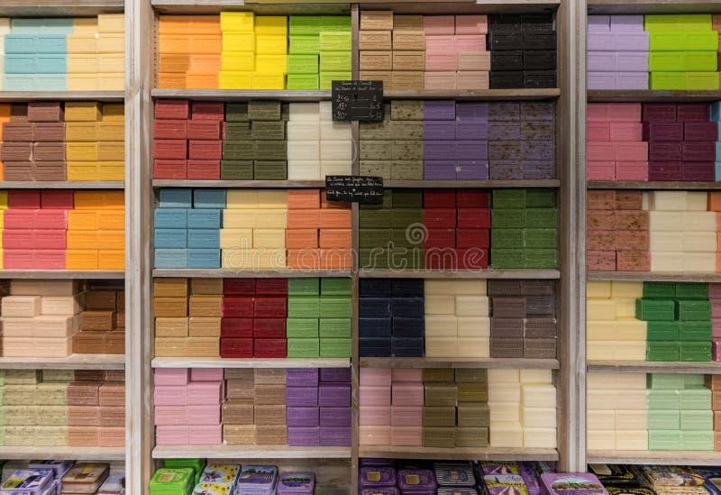 Loja do sabão em Les Baux de Provence com muitas partes de sabões de várias cores france imagem de stock