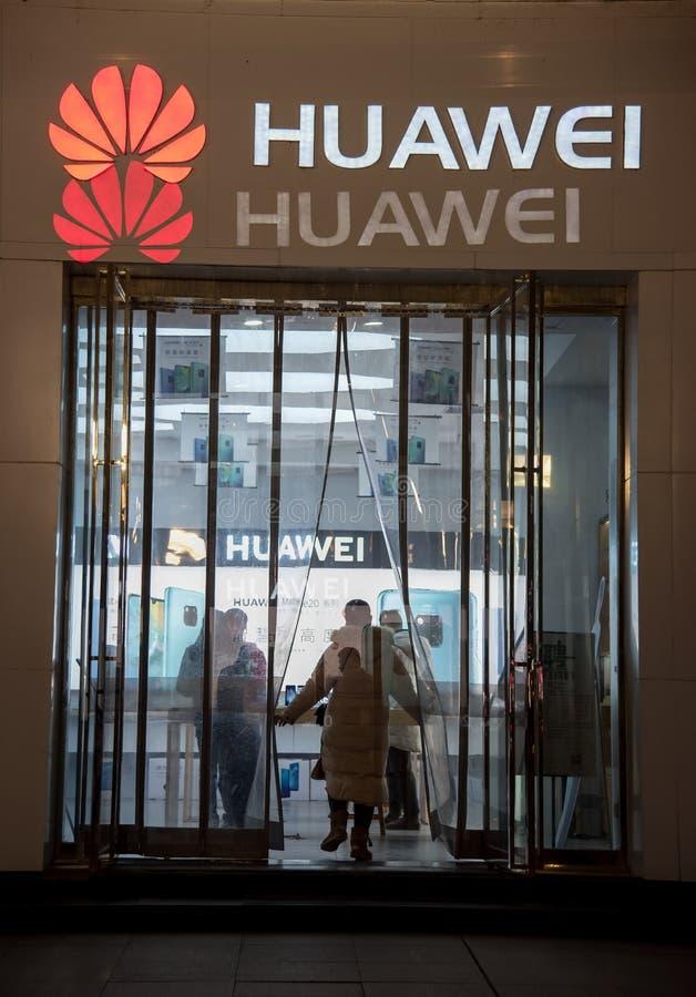 Loja do telefone celular de Huawei na porcelana da cidade de wuhan fotos de stock