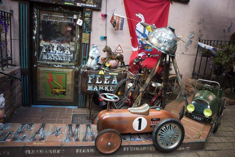 Loja do vintage da feira da ladra, rua do gatve de Pilies, cidade velha fotografia de stock